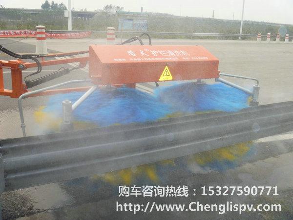 我公司开发出东风带升降平台洒水护栏清洗车