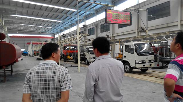 客户专程来厂实地参观、恰谈洒水车出口事项