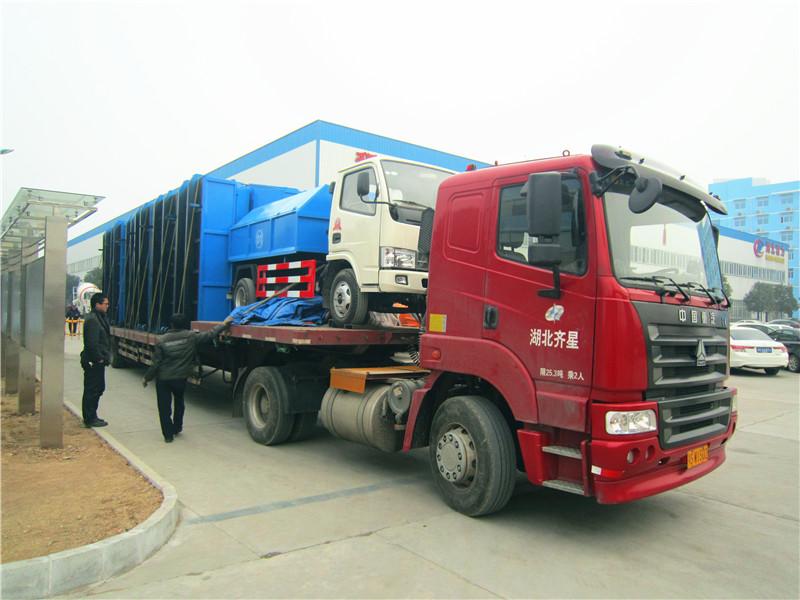 客户在我厂定购的东风福瑞卡拉臂式垃圾车准备