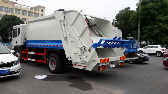 欧曼12方压缩式垃圾车多方位图片三