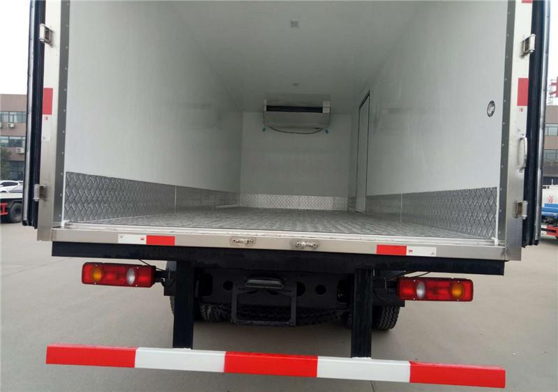 东风天锦6.8米冷藏车多方位图片五