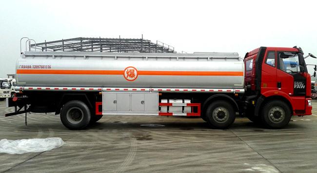 国五解放小三轴26方油罐车多方位图片二
